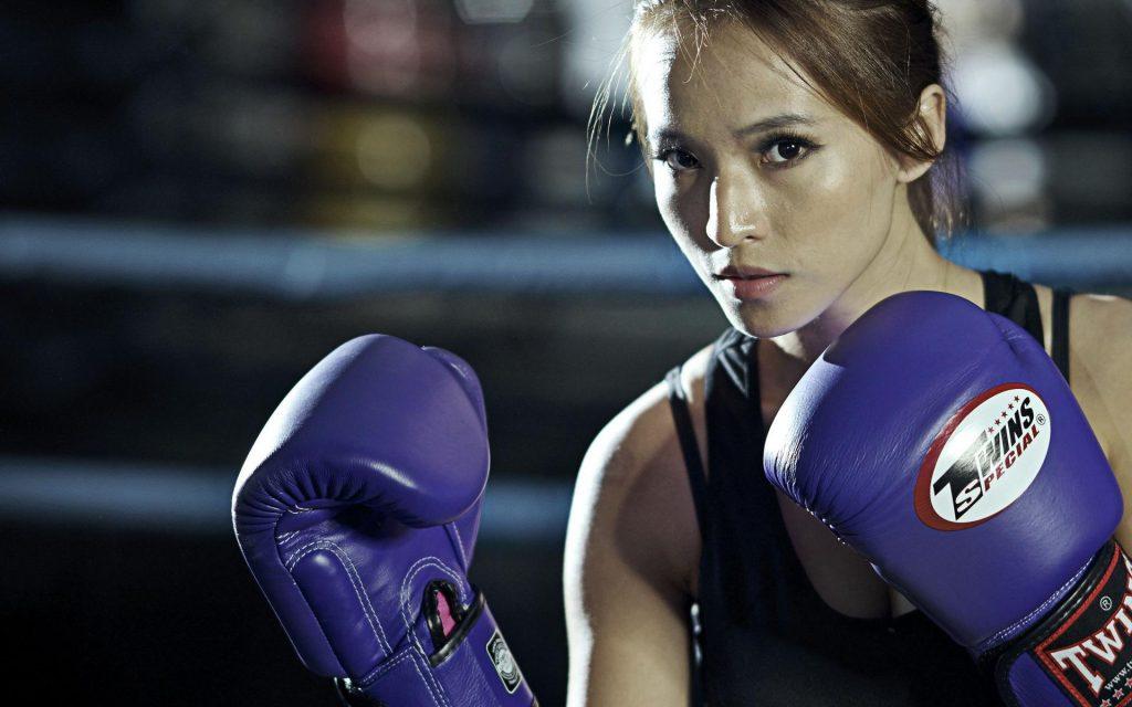 găng tay kickboxing là một dụng cụ không thể thiếu để bảo vệ đôi bàn tay của người sử dụng
